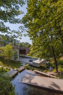 The new construction relates with the land in a very spontaneous way, taking advantage of its steep slope, the small stream, and the extraordinary view of the landscape.