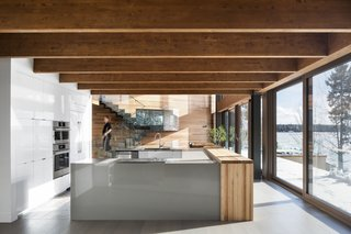 Exposed beams run from the inside to the outside, directing views towards the lake.