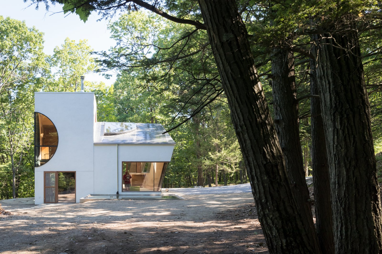 The Compact, Solar-Powered Ex of In House Sits Lightly Upon the Land
