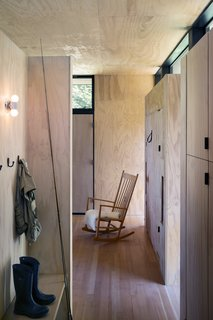 A separate bunkhouse provides additional guest quarters.