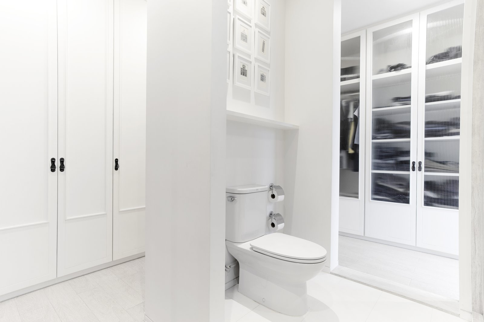 Bath Room, Porcelain Tile Floor, and Two Piece Toilet  Huamark 09