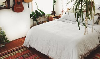 The White Linen Venice Set keeps Emily's room looking clean and cohesive; Source: Emily Katz/Parachute
