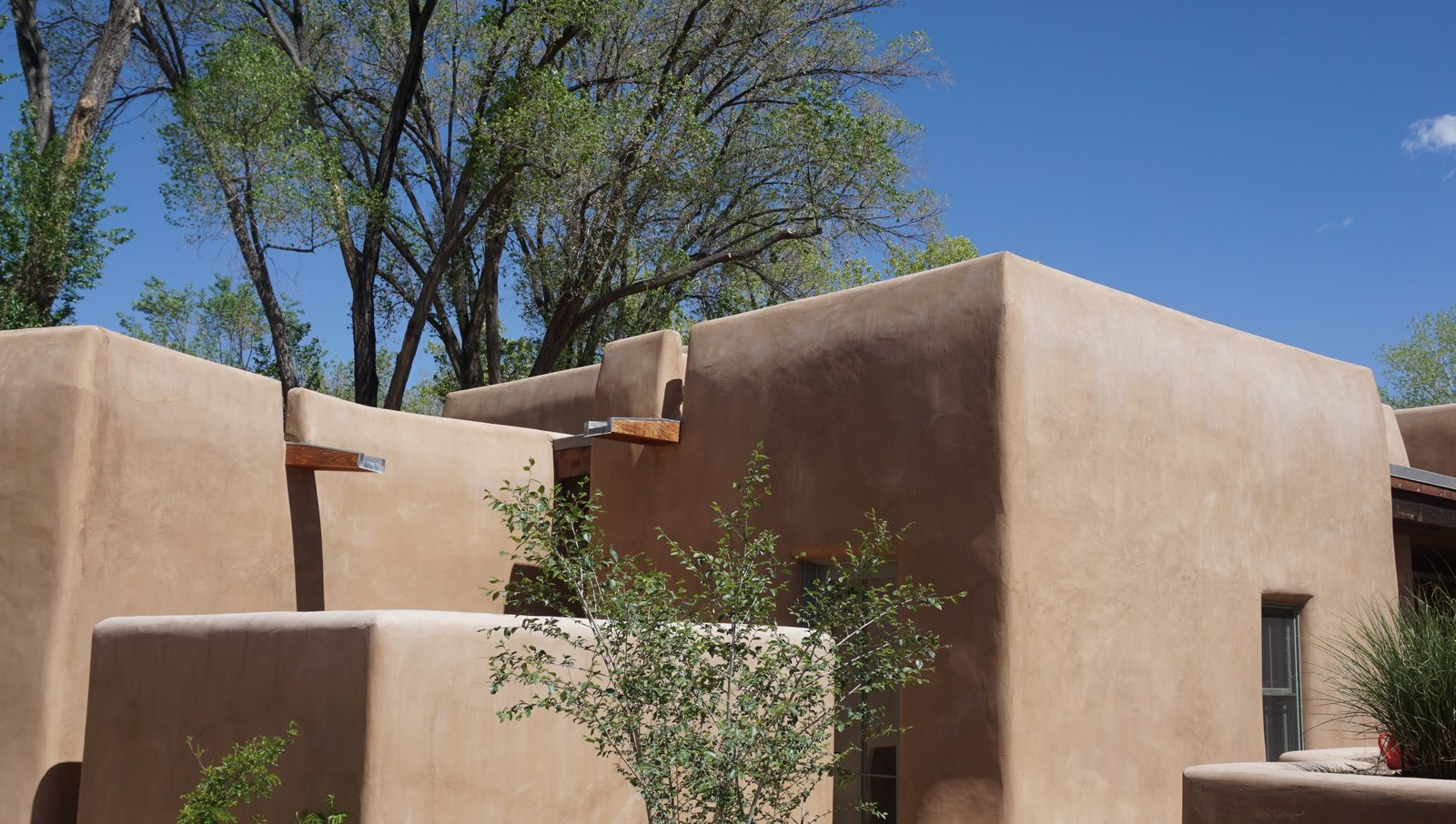 Exterior, House Building Type, and Stucco Siding Material  Santa Fe East Side Home by Ju Tan