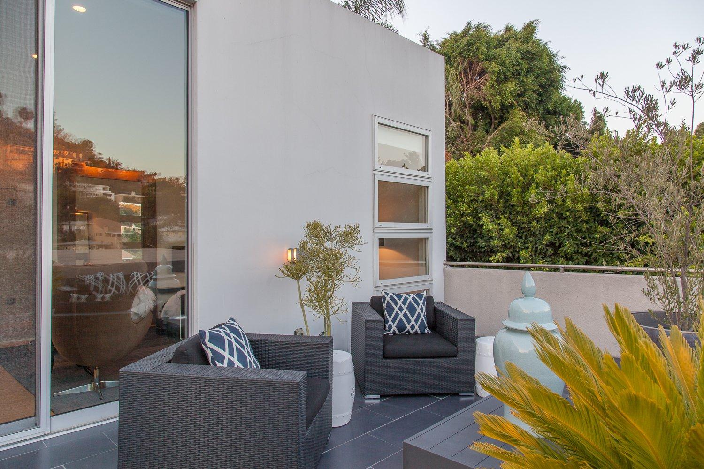 Outdoor, Side Yard, and Shrubs  leeMundwiler architects, FAIA :: Cantilever House
