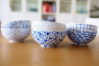 Plain bowls are made livelier with some hand-painted patterns drawn on with porcelain pens.
