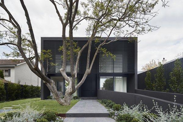 A Contemplative Melbourne Home Wraps Around a Garden