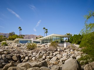 The Palm Springs House overlooks both valleys and mountain ranges, celebrating its setting and capturing the spirit of the region. Living space and private spaces are linked by a light-filled kitchen, while a courtyard opens to expansive mountain and valley panoramas. Operable glass facades integrate the indoor and outdoor experiences with views, natural light, and ventilation.