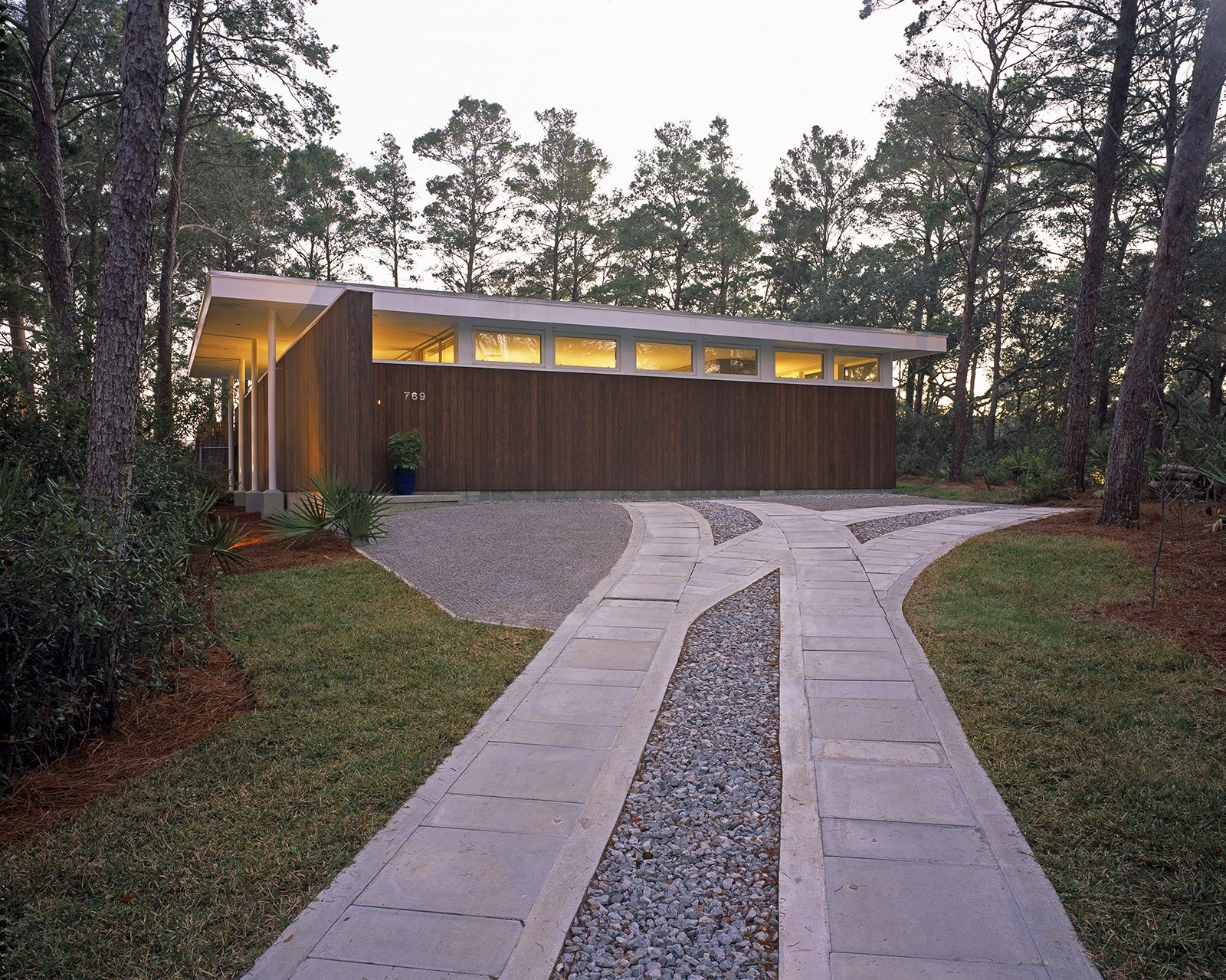 Lakeshore House by McWhorter Vallee Reese Design Inc.