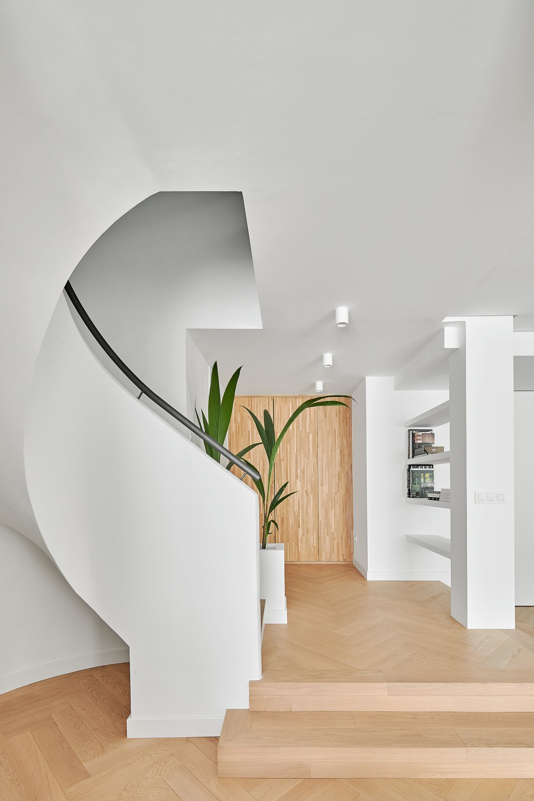 Photo 4 of 5 in Top 4 Homes of the Week That Welcome You With Sleek Entryways from Beautiful Duplex in Barcelona