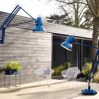 This outdoor space has a cozy indoor-like quality with these colorful oversized floor lamps by Anglepoise.