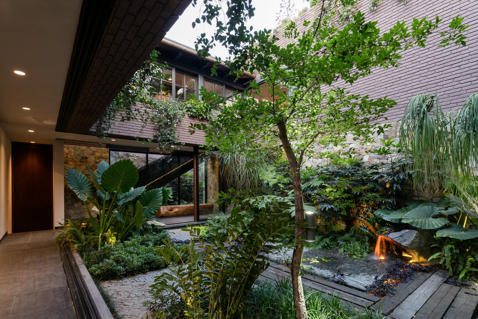 Flowers, Shrubs, Grass, Trees, Garden, Standard Construction Pools, Tubs, Shower, Landscape Lighting, Metal Fences, Wall, and Wood Fences, Wall  Casa OM1