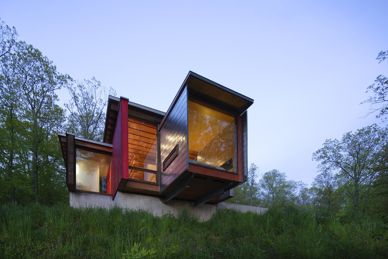 Outdoor, Back Yard, and Slope  Edge House by Bohlin Cywinski Jackson