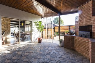 A Renovated Midcentury Home in L.A. With Timeless Details Asks $1.3M - Photo 10 of 14 -