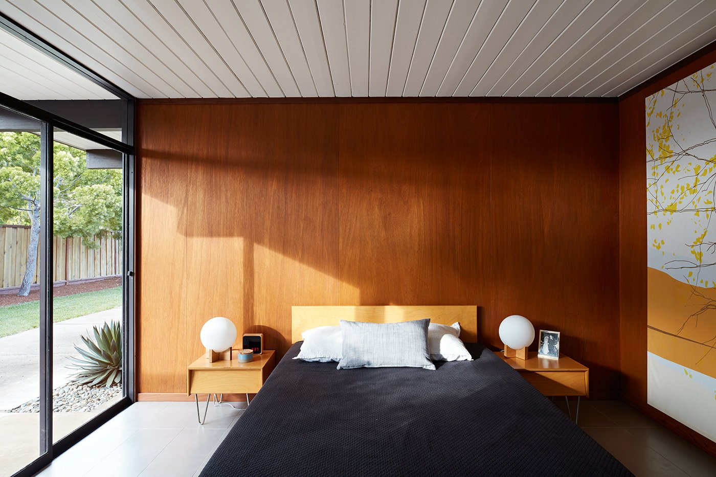 Bedroom, Bed, Night Stands, and Table Lighting  Photo 4 of 11 in A Midcentury Eichler in San Mateo Is Turned Into a Functional Family Home