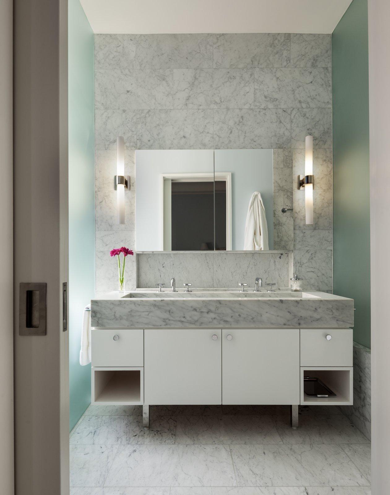 Ванная комната, Мраморная стена, Мраморный пол, Мраморный счетчик, Капля в раковине и настенное освещение 7 Основные советы по выбору идеальной плитки для ванной комнаты - Фото 5 из 7 -