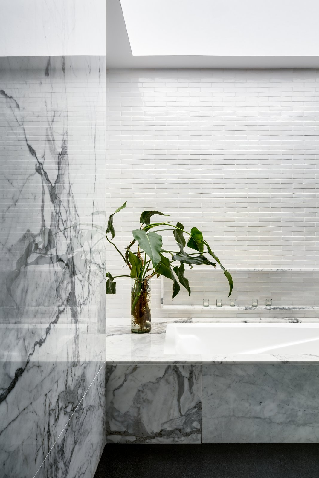 Bath Room, Marble Counter, Stone Tile Wall, and Marble Wall  Monte Parnaso House by vgz arquitectura y diseño