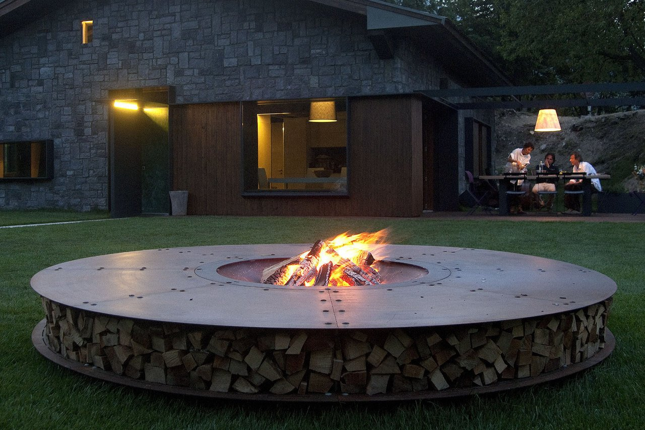 Outdoor, Back Yard, and Grass  Fire from Gather Around These 7 Modern Fire Pit Designs