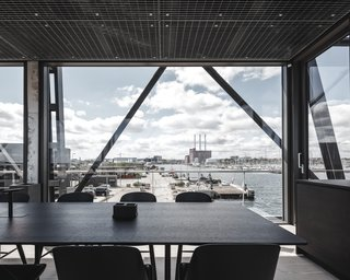 A Coal Crane Houses an Unexpected Retreat and Meeting Room in Copenhagen - Photo 10 of 11 -
