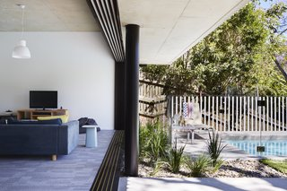 An Edgy Slatted Facade Conceals a Striking Indoor/Outdoor Home in Brisbane - Photo 9 of 11 -