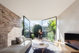 A Streamlined Addition Revives a Gloomy Victorian in Sydney - Photo 5 of 8 -