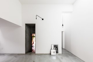 Find Out How a Japanese Architect Created a Fluid Live/Work Space For a Photographer - Photo 3 of 12 -