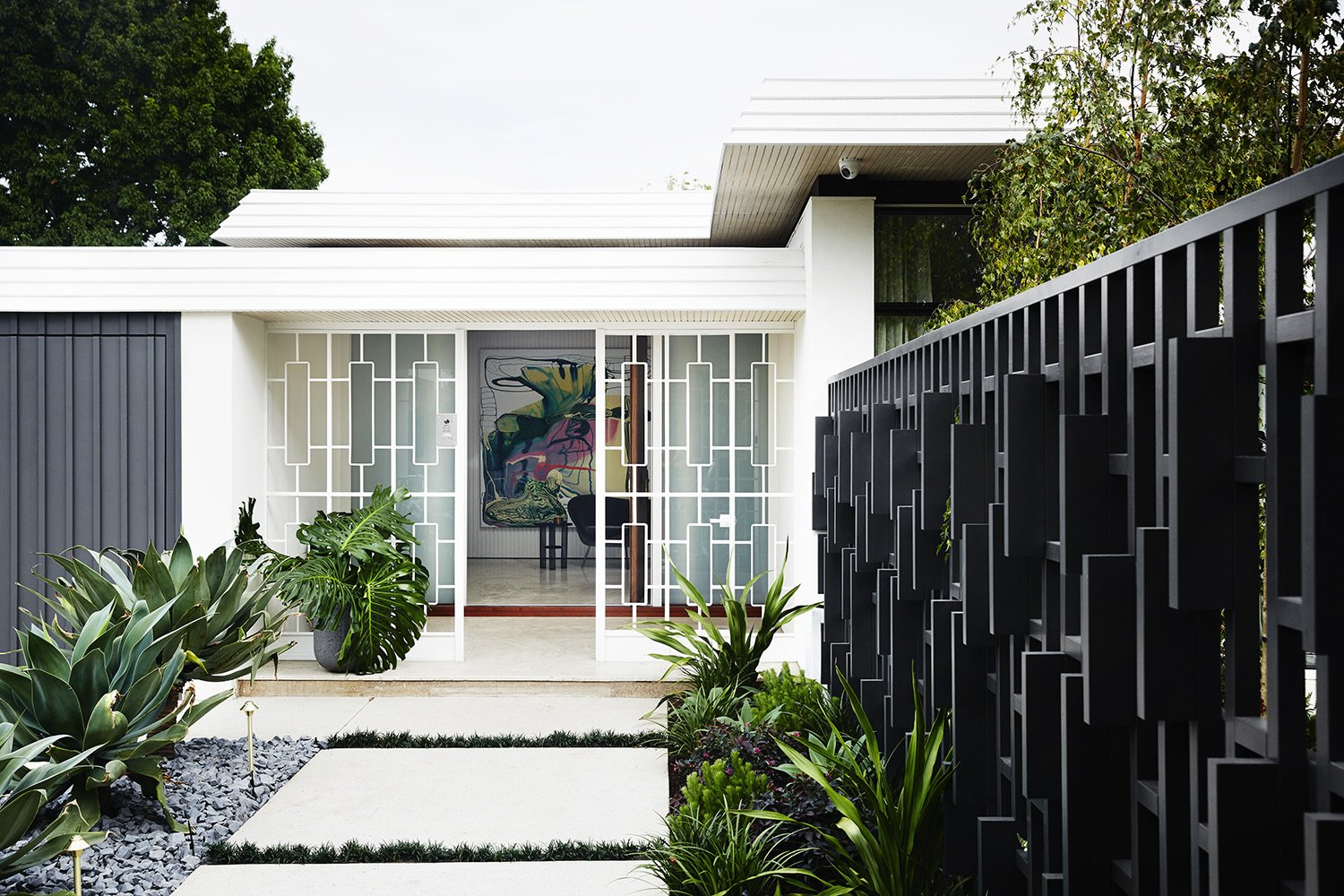 Outdoor, Walkways, Hardscapes, Gardens, Back Yard, and Trees  Photo 2 of 13 in A Melbourne Midcentury Gets a Palm Springs-Inspired Revival