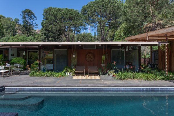 Hole Up in This Quintessential Midcentury Modern Rental in Hollywood - Photo 10 of 12 -