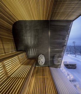In the custom cedar sauna, the outdoors are immediately felt via the glass wall.