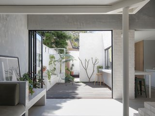 Key to the design is a generous connection to the rear courtyard, which makes it possible to live outside for half of the year and also easily host parties with 30 guests.