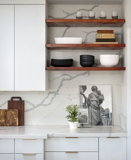 The dramatic veining in the quartz slab was carried all the way up to the ceiling.