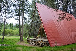 This modern A-frame is surrounded by miles of hiking, hidden swimming holes, and amazing vistas. With a distinctive red roof and an additional teepee tent available to rent, this cabin is the ideal getaway to experience Yosemite.