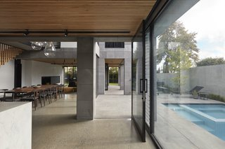 An open floor plan seamlessly transitions from interior to exterior. Large spans of glazing and the extension of natural materials break the wall between indoors and out.