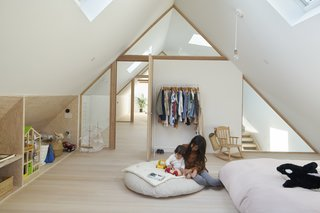 Glazing allows visual transparency between spaces, as well as the passage of light from one end to the other, creating a bright, light-filled attic space.