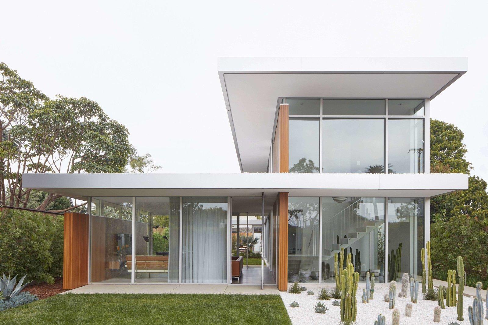 Outdoor, Front Yard, Gardens, Garden, and Grass  Santa Monica Residence