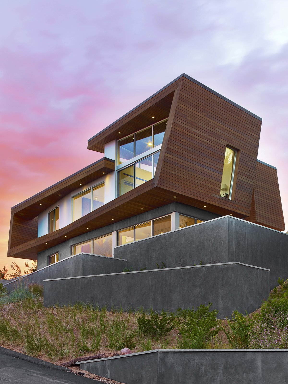 Outdoor and Side Yard  Cape Cod - Beach House by Hariri & Hariri Architecture