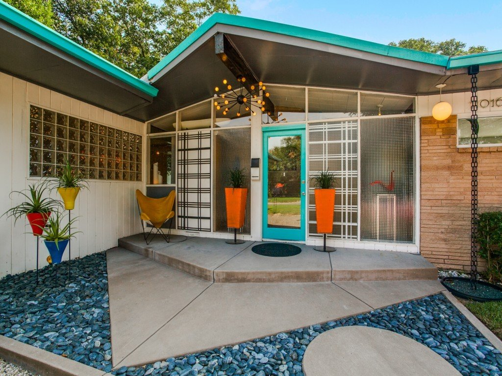 Exterior, Swing Door Type, Outdoor, and Front Yard  Candy-Colored Mid-Century Modern Throwback