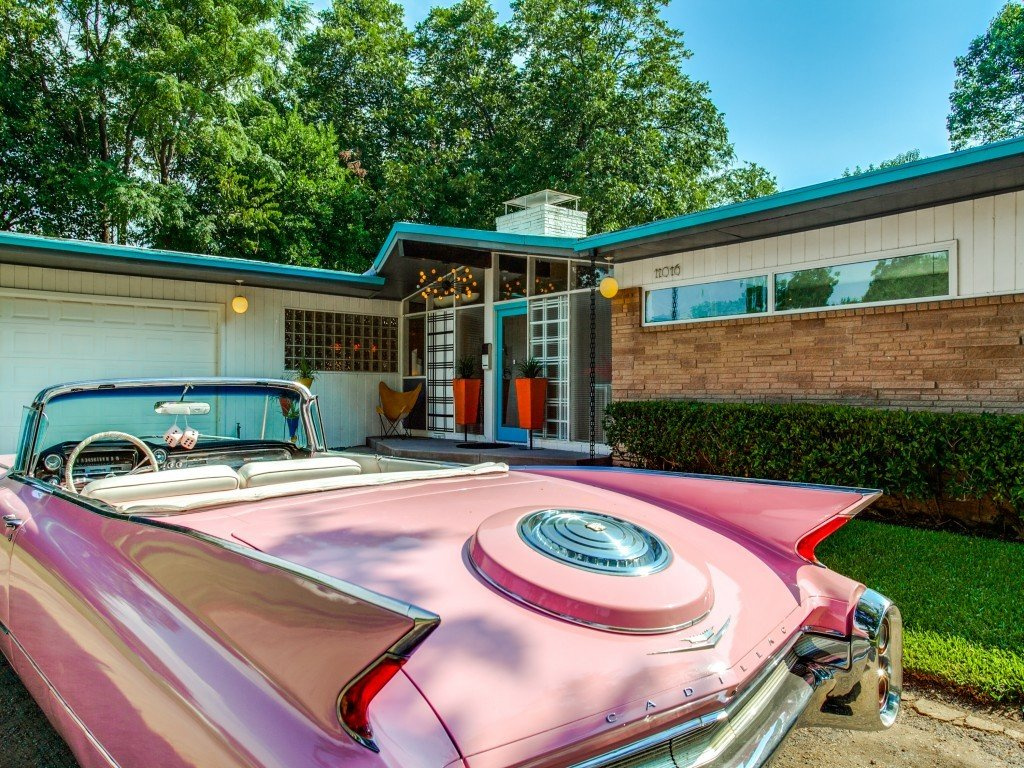 Exterior, Outdoor, and Front Yard  Candy-Colored Mid-Century Modern Throwback