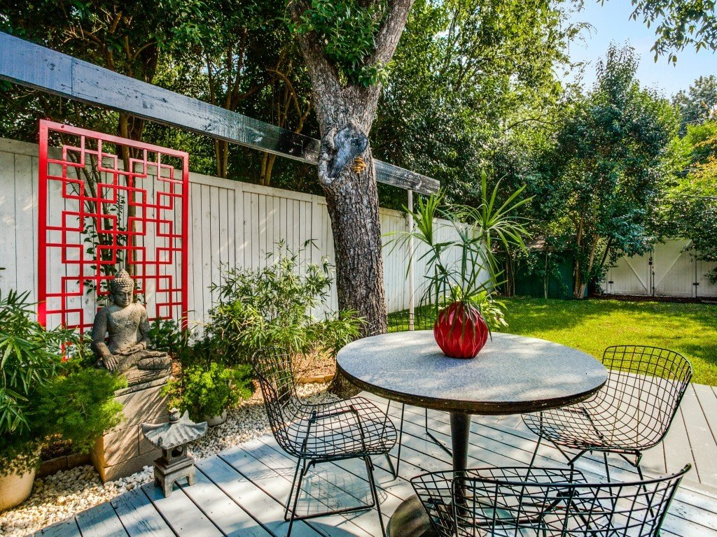 Outdoor, Trees, Shrubs, Grass, Back Yard, Small Patio, Porch, Deck, Wood Patio, Porch, Deck, Vertical Fences, Wall, and Wood Fences, Wall  Candy-Colored Mid-Century Modern Throwback