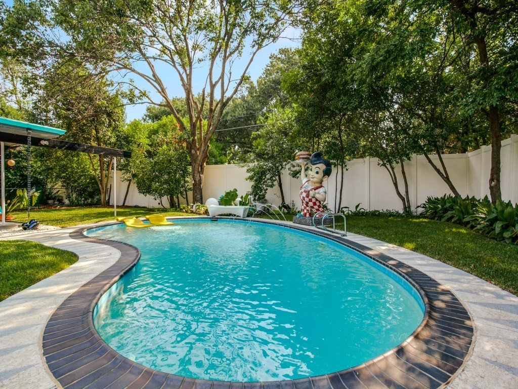 Outdoor, Back Yard, Trees, Large Pools, Tubs, Shower, Swimming Pools, Tubs, Shower, Vertical Fences, Wall, and Wood Fences, Wall  Candy-Colored Mid-Century Modern Throwback