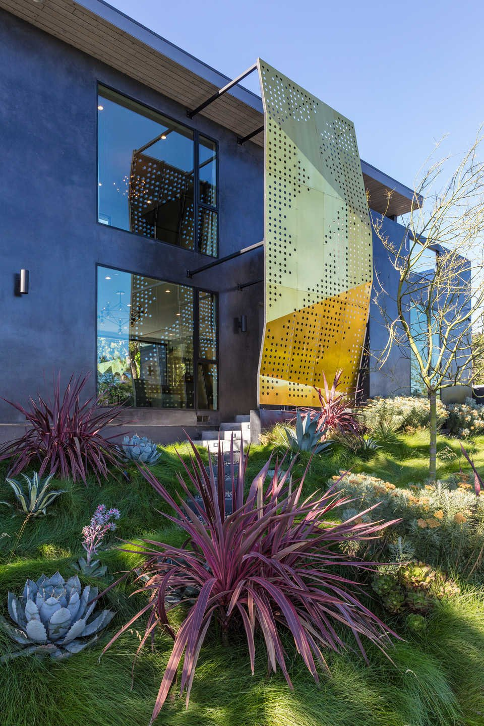 Outdoor, Side Yard, Front Yard, Shrubs, Grass, Gardens, Slope, and Trees  Italian Modernist Home