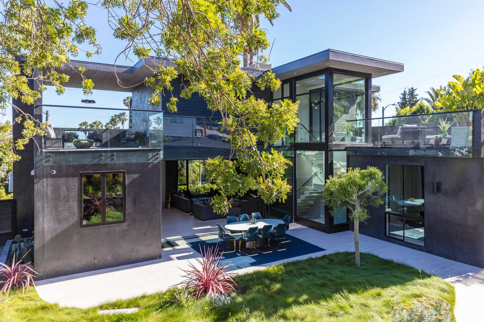 Outdoor, Back Yard, Side Yard, and Large Patio, Porch, Deck  Italian Modernist Home