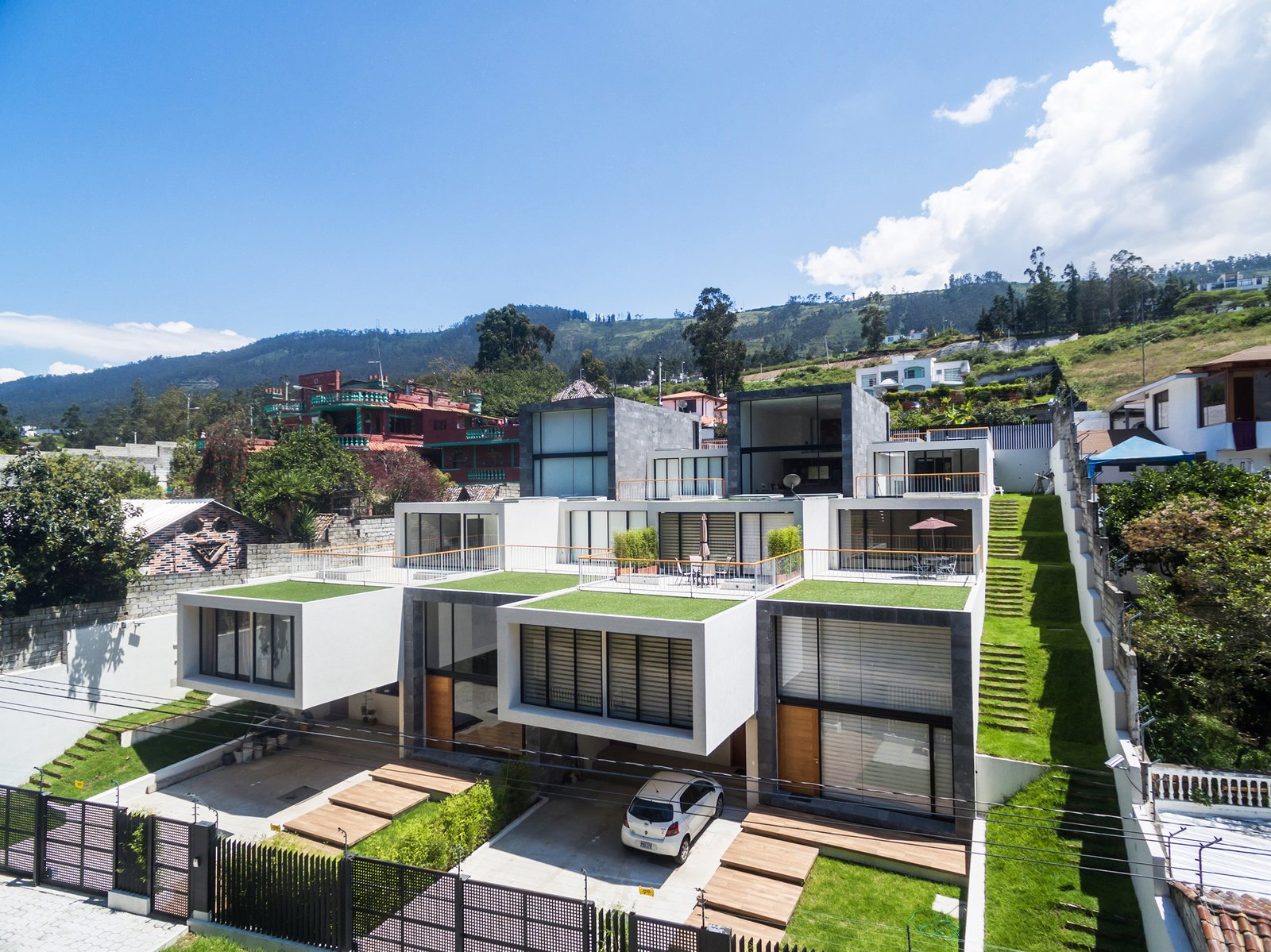 Outdoor, Garden, Front Yard, Rooftop, Side Yard, Grass, Gardens, and Metal Fences, Wall  FF Houses