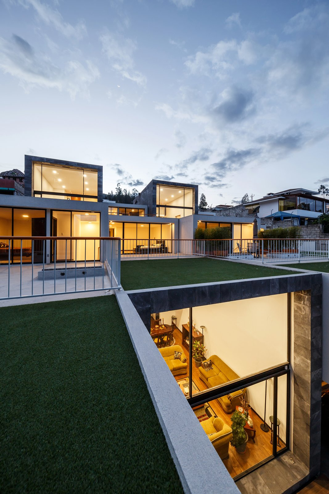 Outdoor, Front Yard, Gardens, Rooftop, Metal Fences, Wall, and Grass  FF Houses
