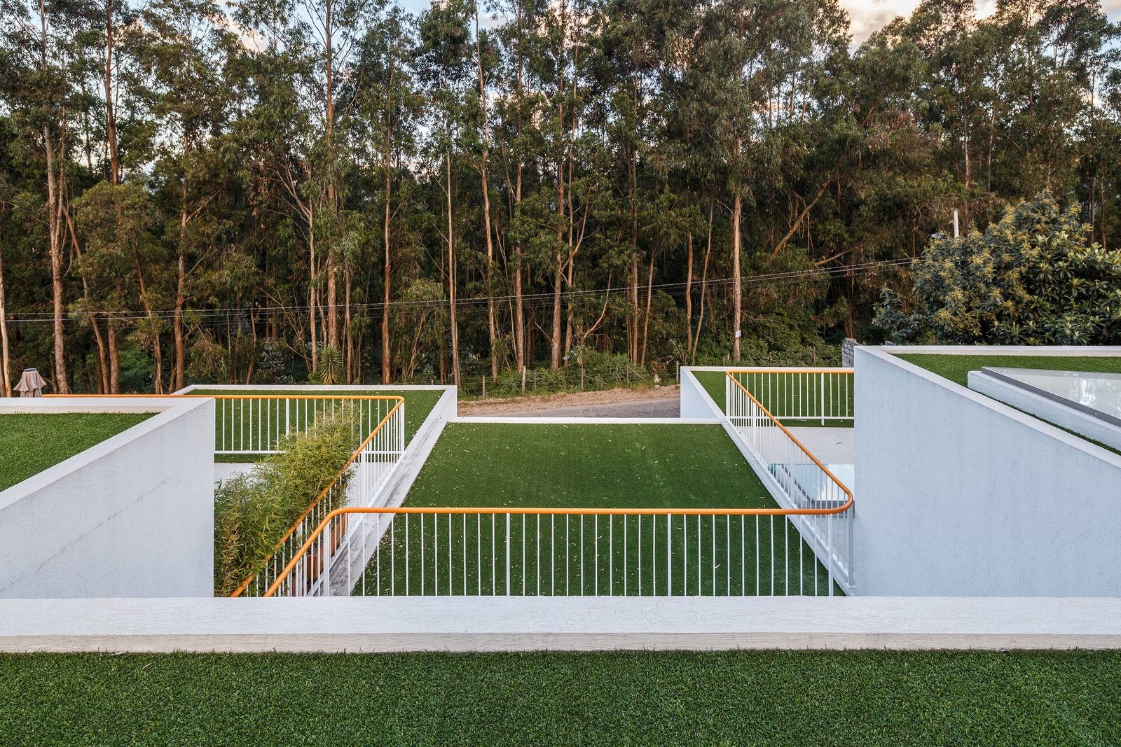 Outdoor, Front Yard, Rooftop, Gardens, Trees, Metal Fences, Wall, and Woodland  FF Houses