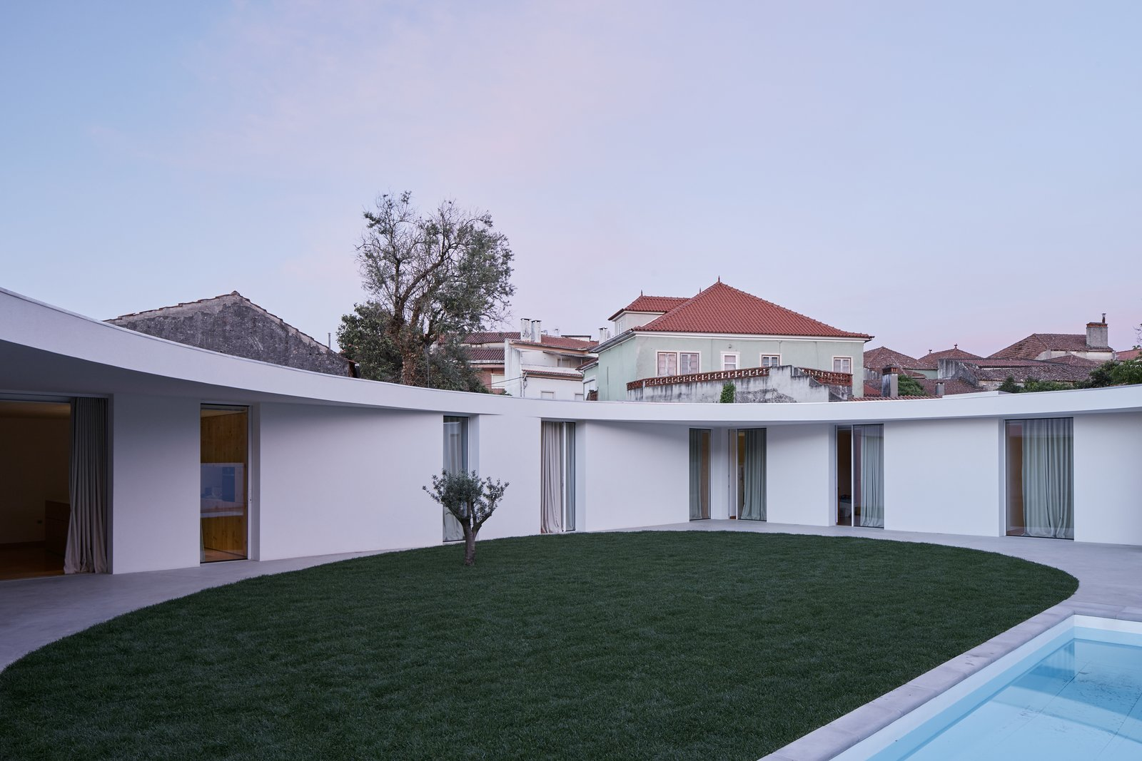 Exterior and Green Roof Material  Casa Ansião