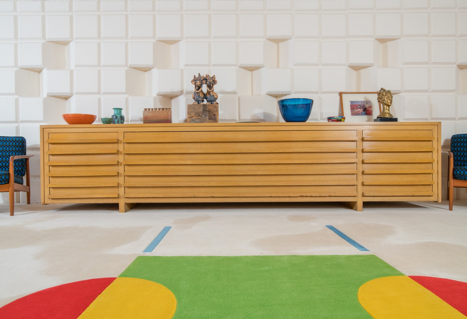Dow designed the long buffet table in the game room, and had it manufactured by the furniture company Herman Miller.