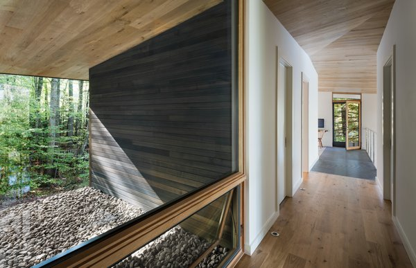 To create different experiences throughout the home, windows were strategically positioned. In passageways, windows connect the viewer with the exterior of the cabin.