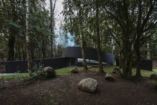 """This Unusual Structure Melds a Traditional Chilean """"Quincho"""" With a Bauhaus Aesthetic"""