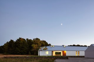 A LEED Gold Weekend Home Embraces the Ontario Landscape - Photo 11 of 16 -
