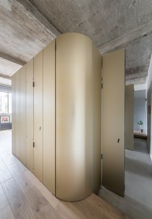 An Ingenious Gold Island Transforms an Industrial Apartment in Paris - Photo 9 of 16 -